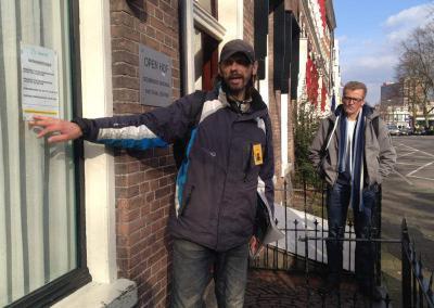 Jonny verwelkomt wandelaars bij de Open Hof